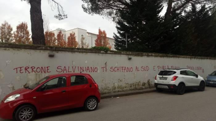 scritte anti salvini per accogliere la castiello lega