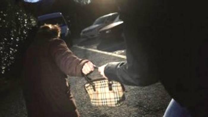 donna scippata di borsa e collana mentre rientra a casa