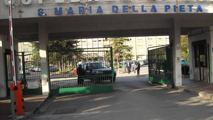 papa sta aspettando troppo e picchiano guardia in ospedale