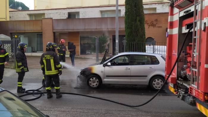 auto in fiamme in via dei longobardi