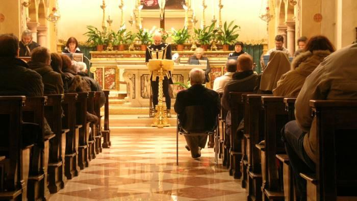 petardo in chiesa durante la messa panico tra i fedeli
