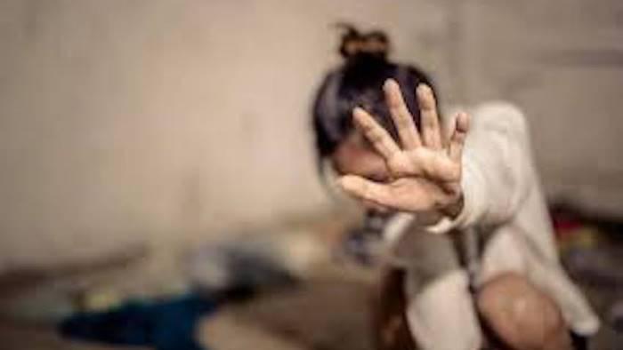 orrore in paese 12enne stuprata fuori dal centro commerciale
