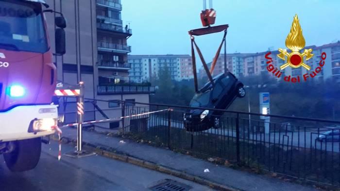 tragedia sfiorata all alba auto vola giu nella scarpata