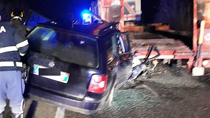 auto si schianta contro rimorchio camion ferito 39enne