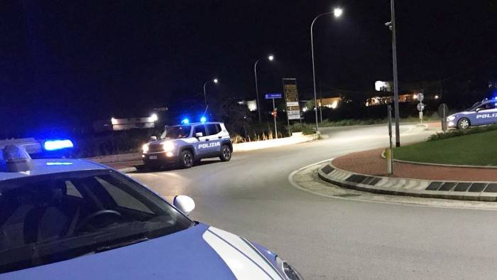 portano via auto da deposito giudiziario fermati da polizia