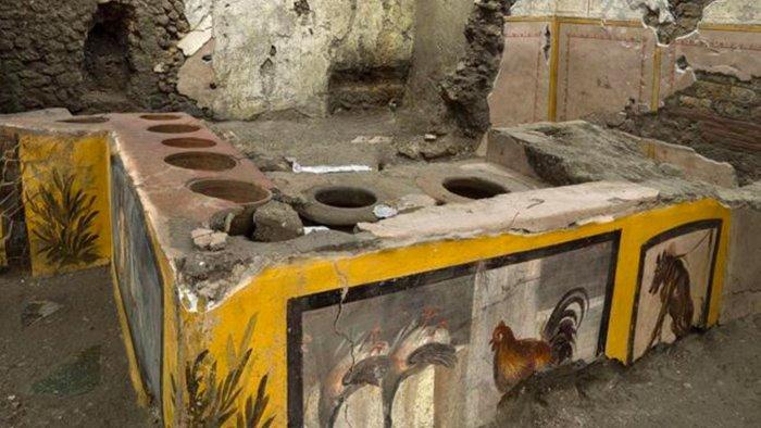 strepitosa scoperta a pompei riemerge un termopolio intatto