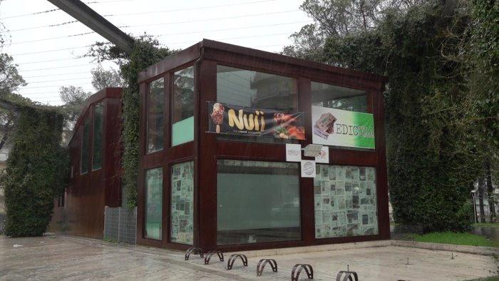 casetta di vetro senza pace furto da mille euro al bar