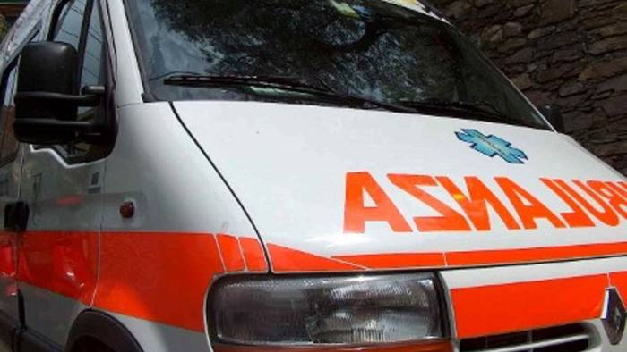 Incidente in tangenziale: auto si ribalta, un ferito