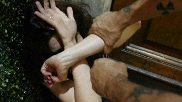 Giffoni, chiusa nella gabbia del cane e violentata dal compagno