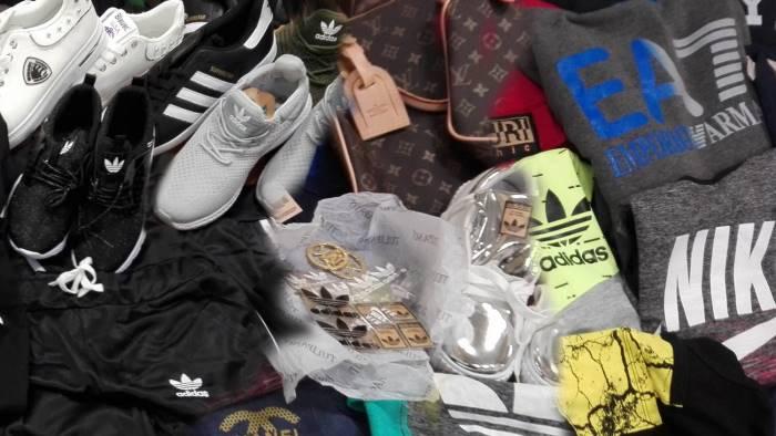 vende capi griffati contraffatti su internet