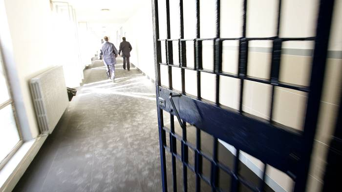 non rispetta i domiciliari finisce in carcere