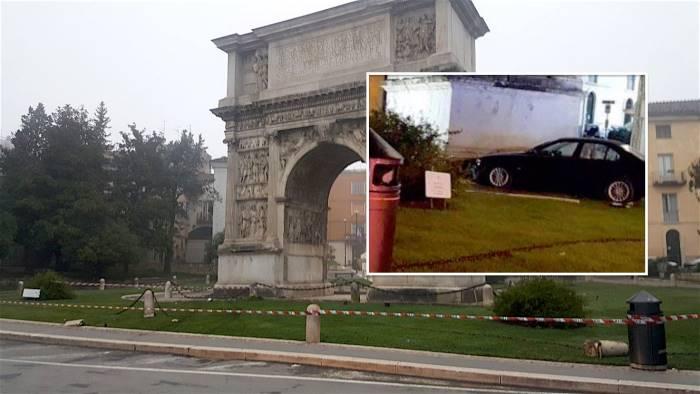 auto sbanda e finisce contro l arco di traiano foto