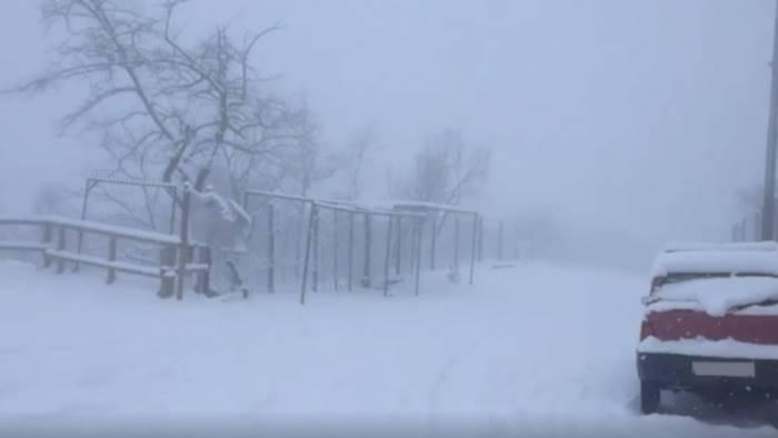 Neve sul Vesuvio blocca auto e turisti