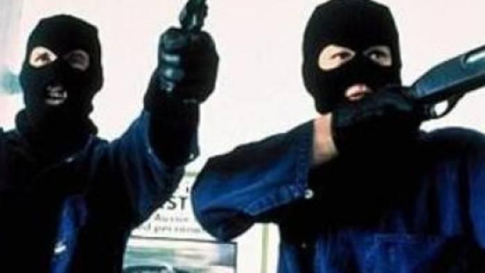cinque banditi assaltano il portavalori delle poste