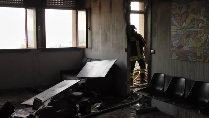 foto incendio all ospedale rummo danni e paura