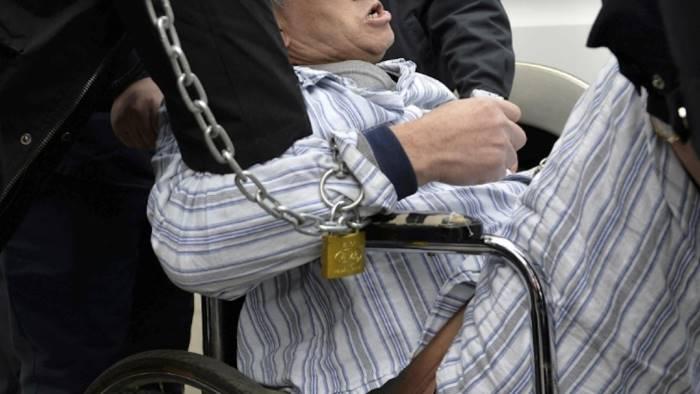Figlio malato incatenato al letto, arrestati i genitori e la sorella