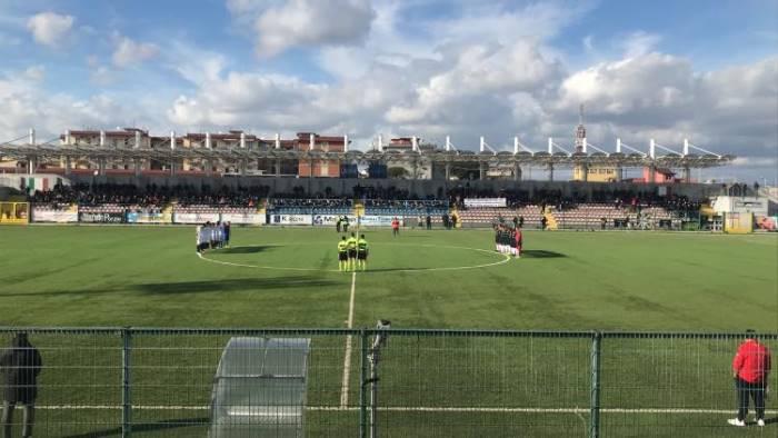 calciatori aggrediti dai tifosi la squadra abbandona il campo