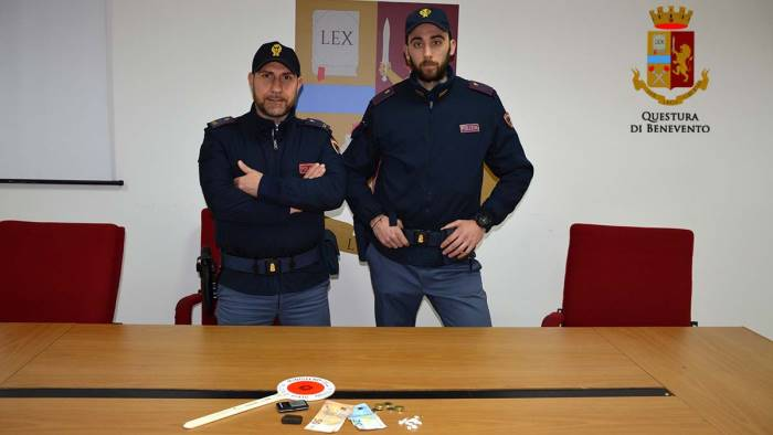 hashish e cocaina negli slip arrestati