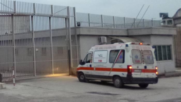 detenuto incendia una cella 9 agenti intossicati in ospedale