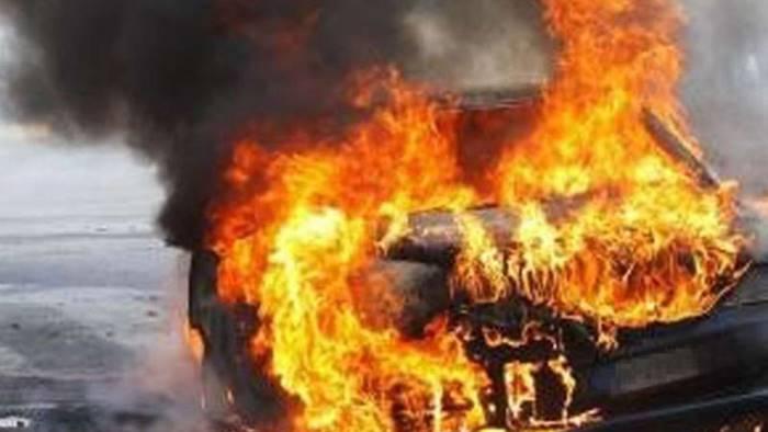 auto in fiamme donna salvata dai poliziotti