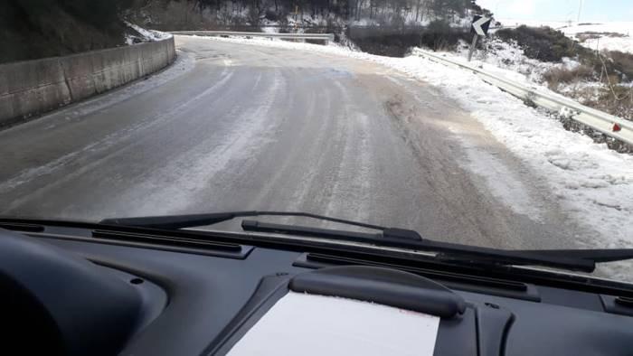 foto strada completamente ghiacciata ambulanza in difficolta