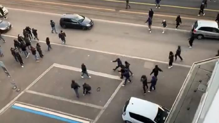 calci pugni e martelli zurigo napoli scontri tra ultra