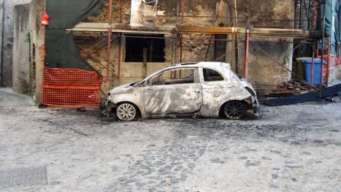 auto in fiamme a taurano terzo attentato in pochi giorni