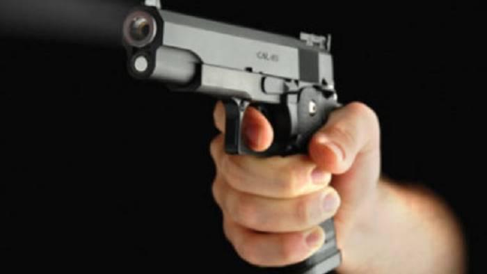 esce da scuola le puntano la pistola in faccia e la rapinano
