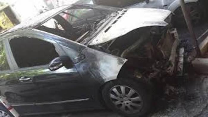 fuoco all auto di un agente si indaga
