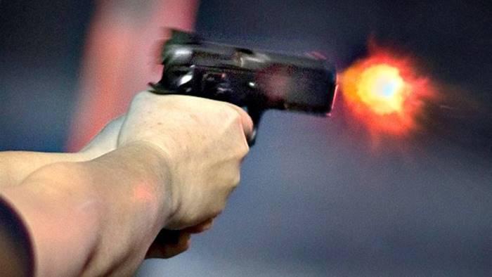 buttafuori estrae pistola nel locale chiusa discoteca