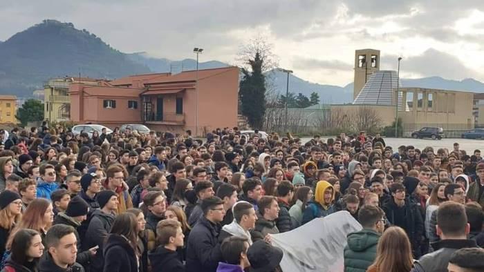 topi a scuola in protesta gli studenti del genoino di cava