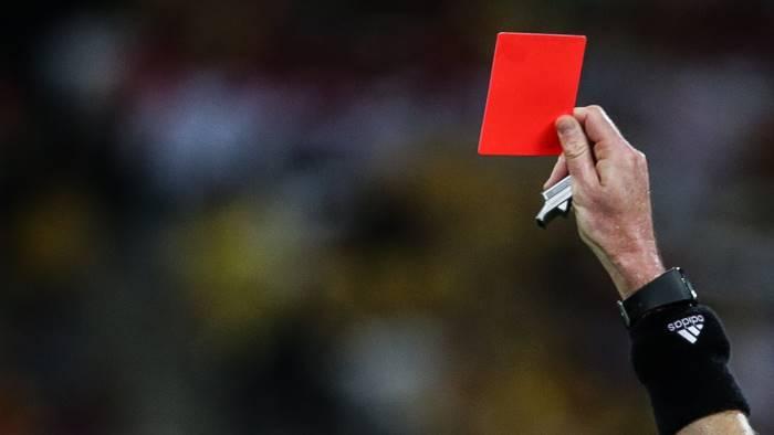 arbitro colpisce portiere con testata al volto daspo