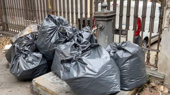salerno invasa dalla spazzatura da ieri sacchetti in strada