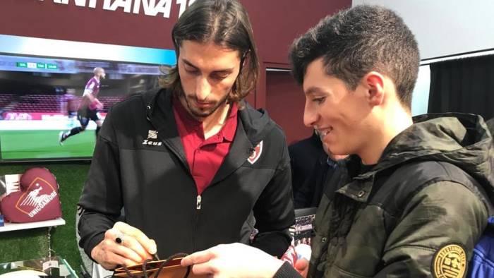 foto e autografi nello store con karo e migliorini
