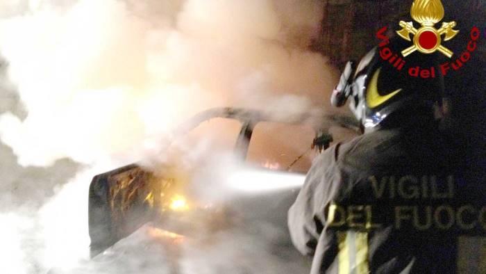 auto di una donna in fiamme nella notte a pannarano