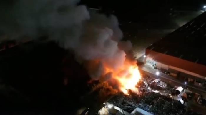 brucia fabbrica rifiuti nuovo disastro nella terra dei fuochi