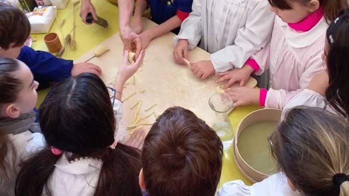 i bambini dell istituto barra a scuola di sana alimentazione