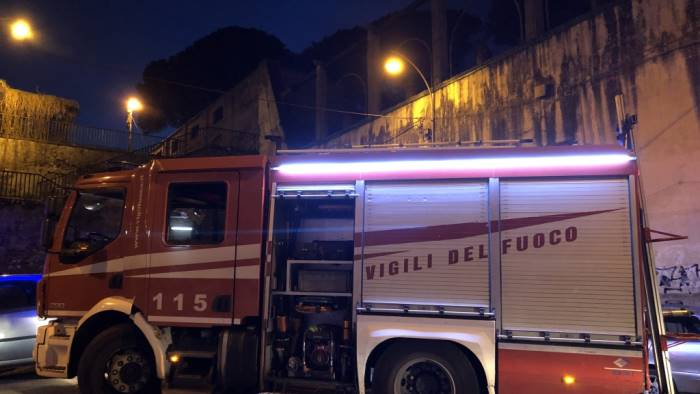pozzuoli in fiamme un negozio a monterusciello