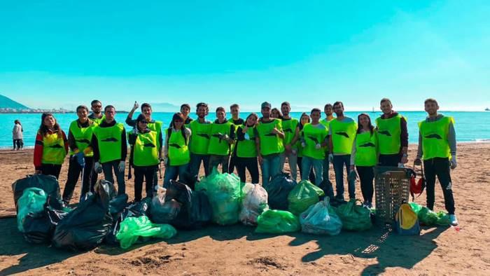 ripulita la spiaggia di santa teresa in azione i volontari