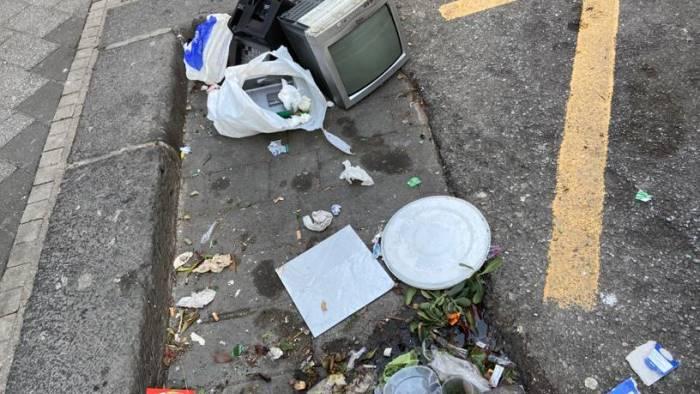 ancora rifiuti e degrado in strada la rabbia dei residenti