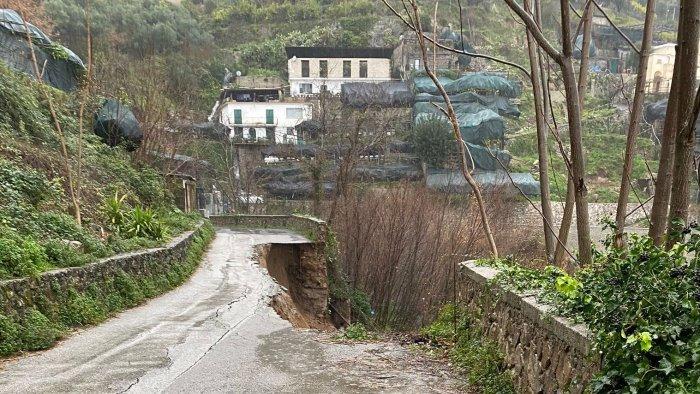 la costiera amalfitana cade a pezzi frana strada a ravello