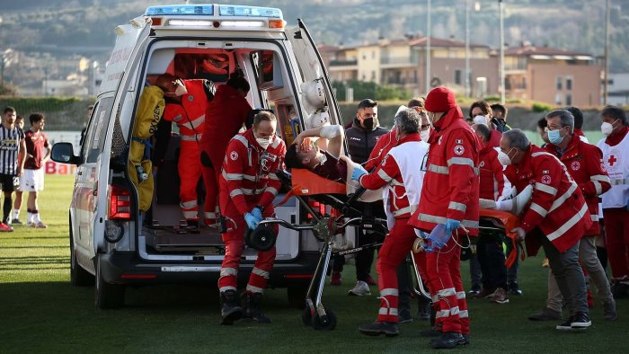ascoli salernitana malore in campo dziczek lascia l ospedale