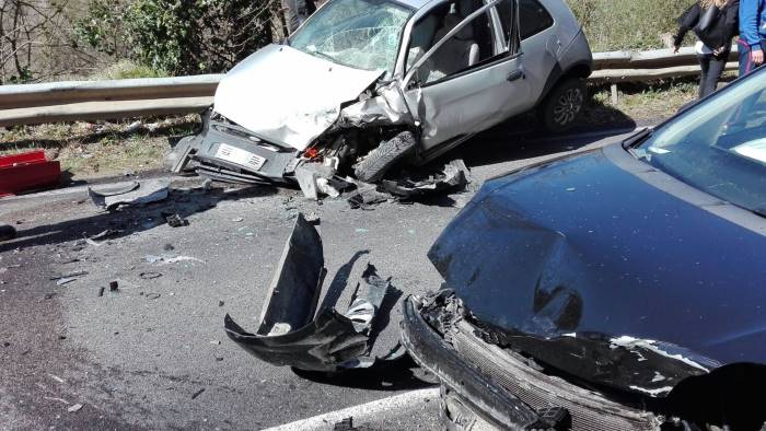 foto scontro frontale tra auto due feriti