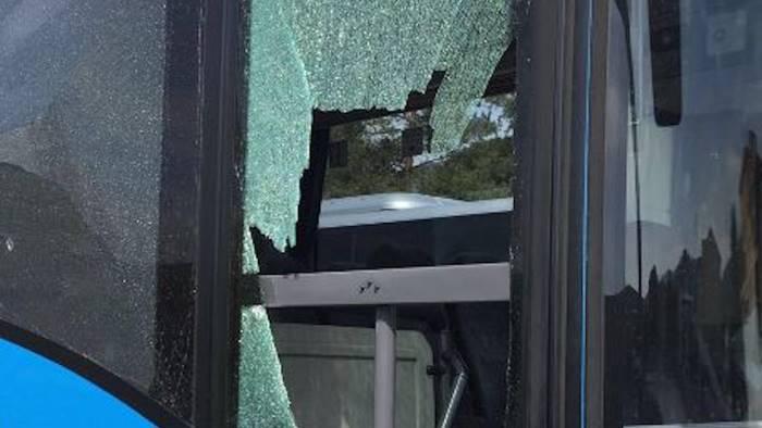 Tifo violento, bus di juventini campani assaltato da un gruppo di napoletani