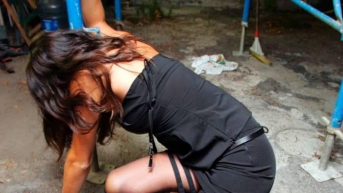 stupro di gruppo nella capanna il branco degli 11 torna a casa