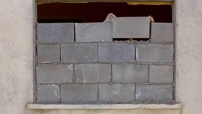 bulli lanciano in casa rifiuti costretti a murare le finestre