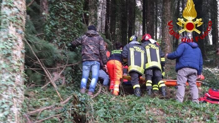 foto taglia un albero gli cade addosso salvato sul laceno