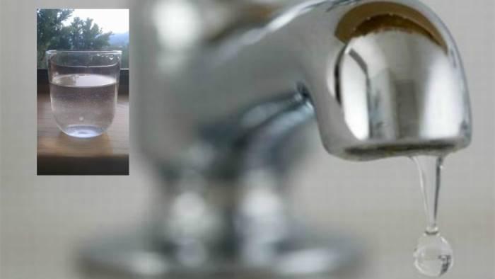 Acqua del rubinetto o minerale in bottiglia. qualè giusta
