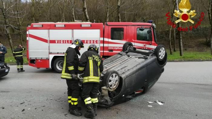 incidente sulla variante auto si ribalta donna ferita