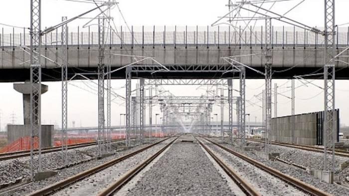 Operaio muore folgorato: lavorava alla linea elettrica delle ferrovie